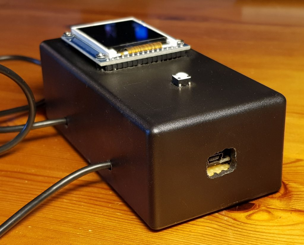 Die Haupteinheit des Pong for Arduino mit Zugang zum USB Anschluss.